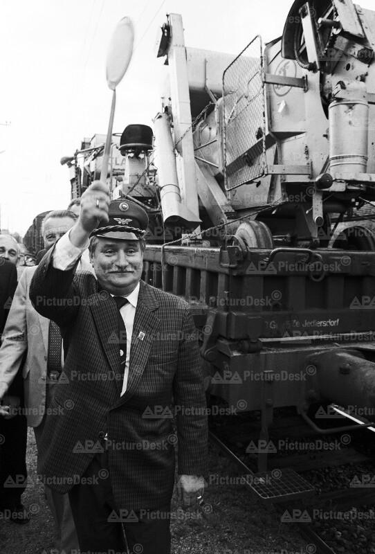 Lech Walesa verabschiedet Hilfskonvoi