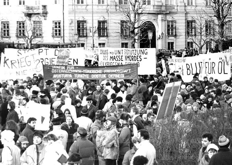 Demonstration gegen die Fortdauer des Golfkrieges