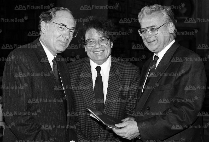"""Erhard Busek überreicht """"Manes Sperber Preis 1990"""" an György Konrad"""