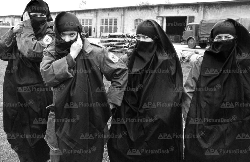 Bundesheer-Krankenschwestern hüllen sich in Tschadors