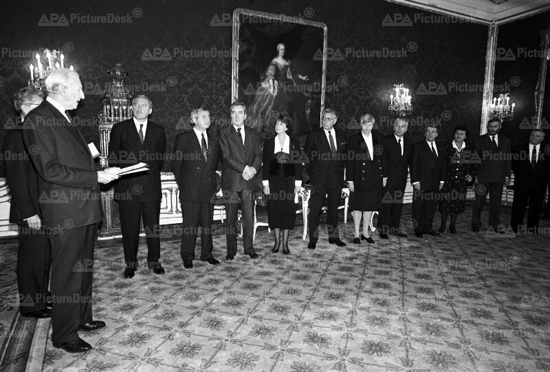 Angelobung der Regierungsmannschaft durch Kurt Waldheim 1990