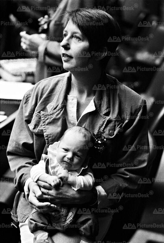 Die Grüne Abgeordnete Christine Heindl mit Baby im Nationalrat