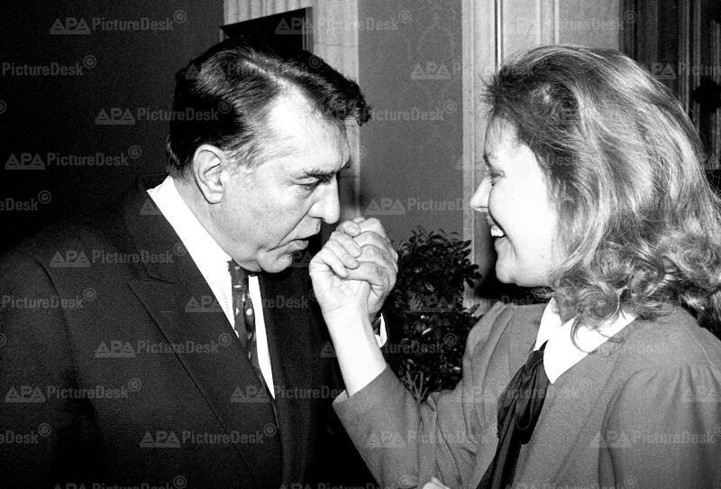 Helmut Zilk und CSFR-Botschafterin Magda Vasaryova