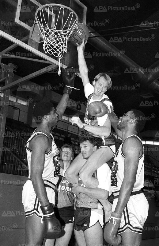 Markus Wasmeier spielt Basketball