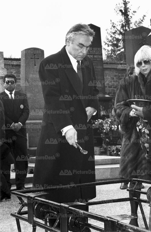 Beppo Mauhart bei Begräbnis von Josef Walter