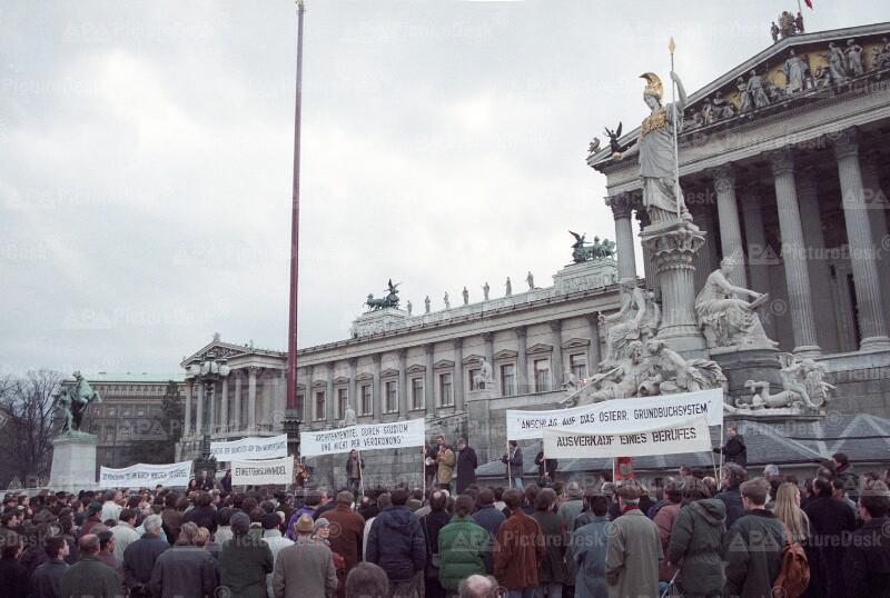 Architekten protestieren vor dem Parlament