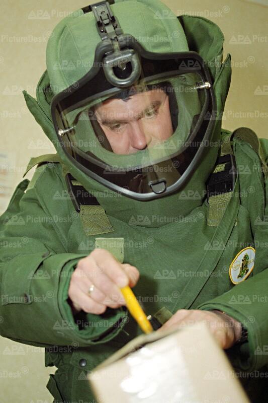 Beamter des Entschärfungsdienstes für Bomben 1995 – Briefbomben