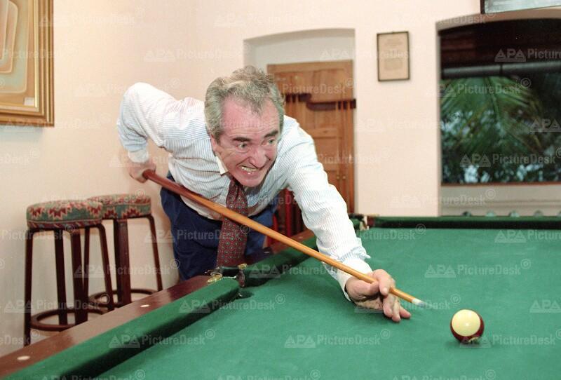 Alois Mock beim Billard-Spielen in Vietnam