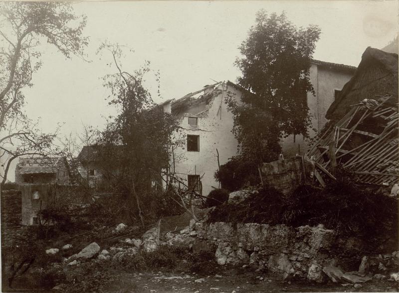 Zerschossene Häuser in Zatolmin (Zatolmein)