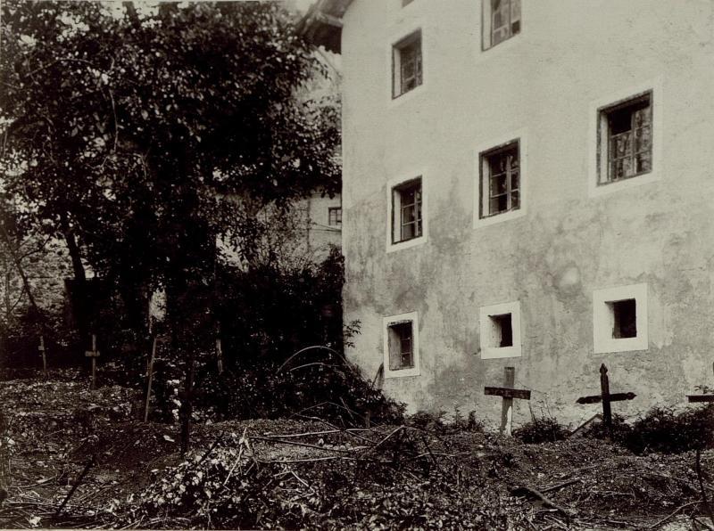Soldatenfriedhof in Dolje (nahe Tolmin), unmittelbar neben einem Wohnhaus