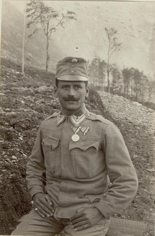 Stabsfeldwebel Johann Tarker, Infanteriebattaillon 3/46, mit der großen silbernen und der bronzenen Tapferkeitsmedaille