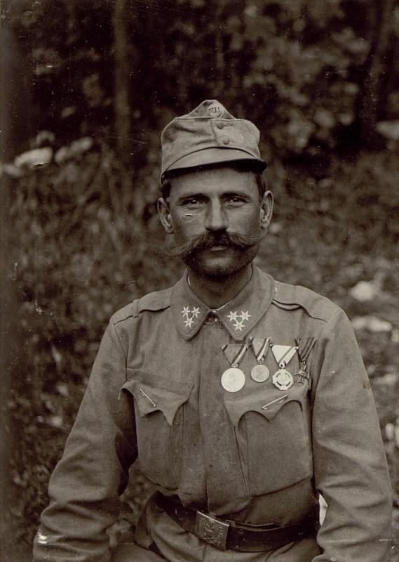 Sladovic Gyuro, Zugsführer des Infanterieregimentes 96. mit der großen silbernen und bronzenen Tapferkeitsmedaille