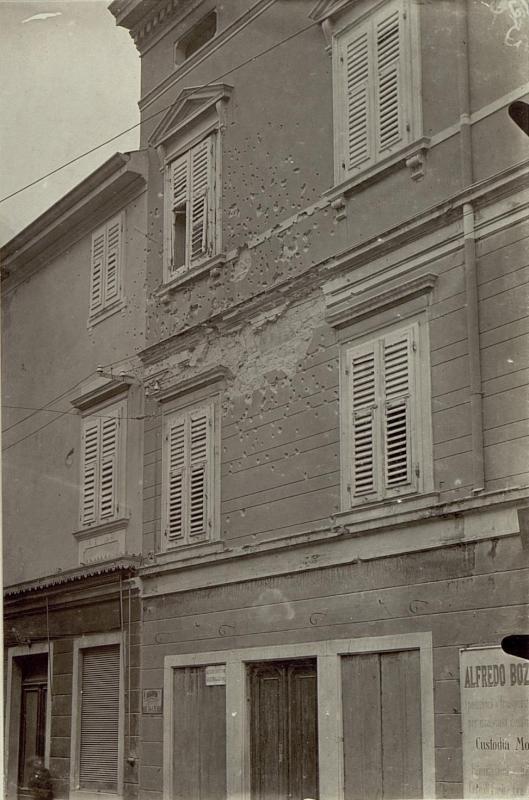 Schrappnelleinschläge in einem Hause in Görz.