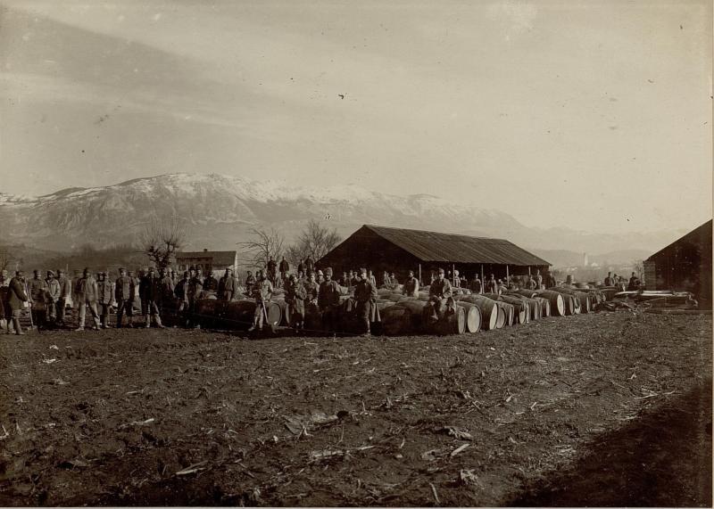 Weinfassungsmagazin bei Dornberk (Dornberg) mit russischen Gefangenen als Arbeiter.