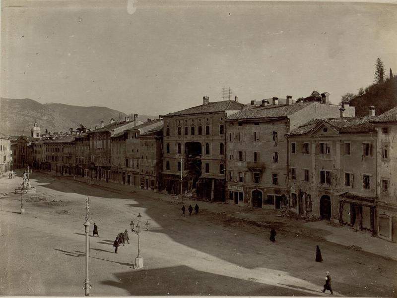 Die Piazza Grande, der teilweise schwer beschädigte Stadtplatz in Gorizia (Görz) während der Zeit der dritten Isonzoschlacht 19-29.XI.1915.