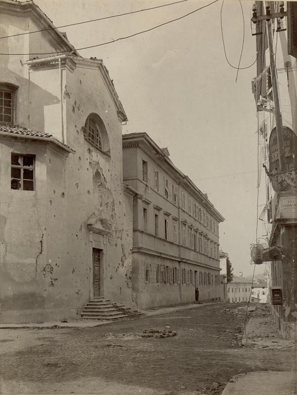 Das stark beschädigte Rote Kreuzspital mit der ebenfalls zerschossenen Kirche Görz während der dritten Isonzoschlacht vom 19-29.XI.1915