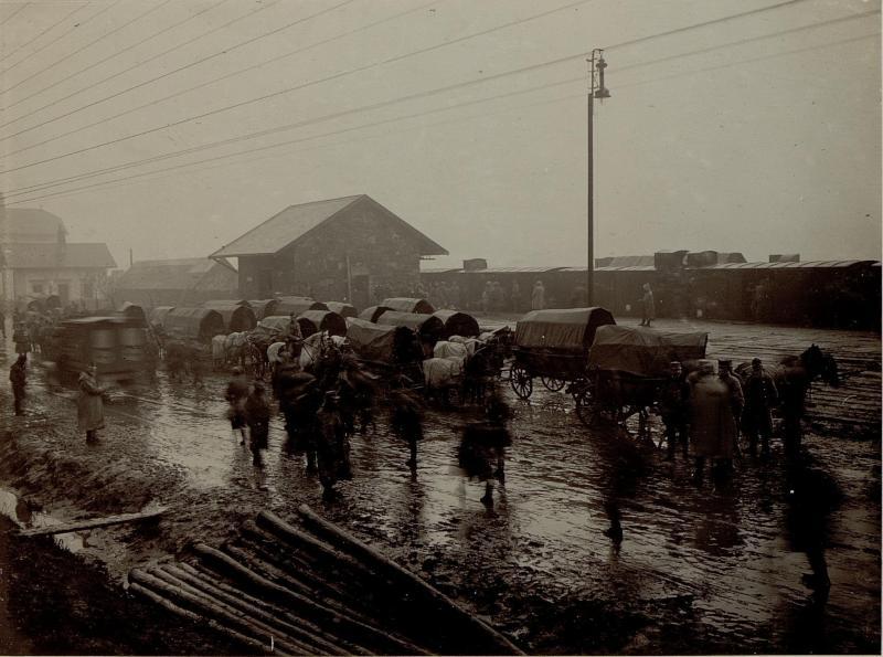 Bahnhofsleben bei strömenden Regen