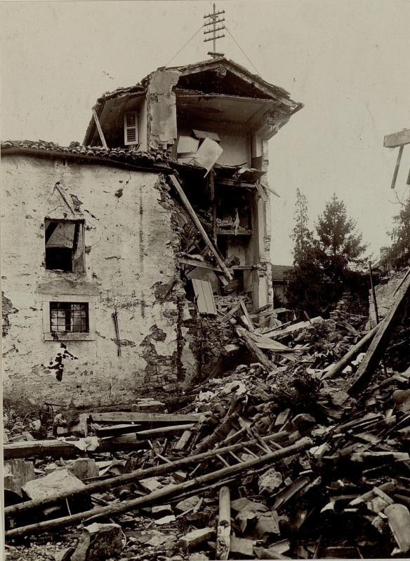 Zerschossenes Haus hinter der Domkirche in Gorizia (Görz)