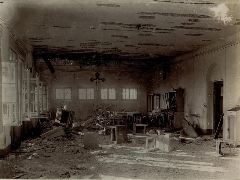 Blick in den zerschossenen Operationsraum des k.u.k. Reservespitals