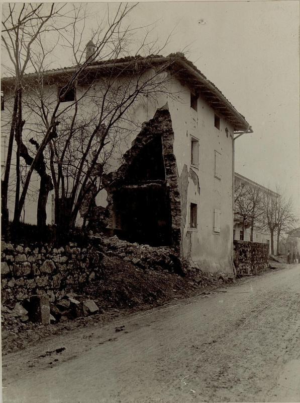 Zerschossenes Haus in Merna bei Görz.