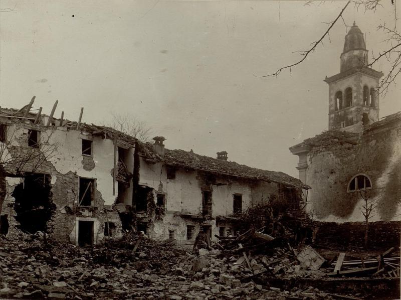 Zerschossene Häuser mit Dorfkirche (Isonzofront) in Merna