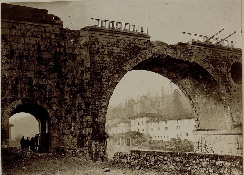 Beschossene Eisenbahnbrücke bei Rubbia, der Treffer erfolgte am 14.2.1916. Durchblick auf Schloss Rubbia, im Hintergrund ist die zerstörte Straßenbrücke zu sehen