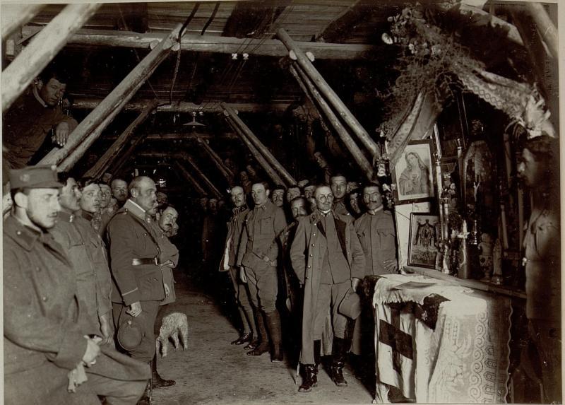 Altar im Tunnel östlich Lucinico, links neben dem Altar Generalmajor Nöhring, Kommandeur der 5. Gebirgsbrigade