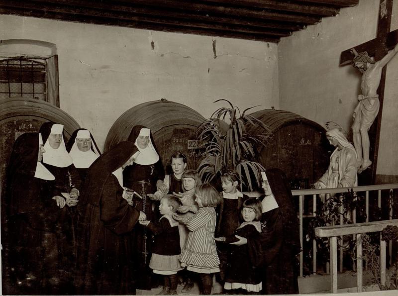 Beschenkung der armen Kinder durch die Oberin im Keller des Ursulinenklosters in Gorizia (Görz)