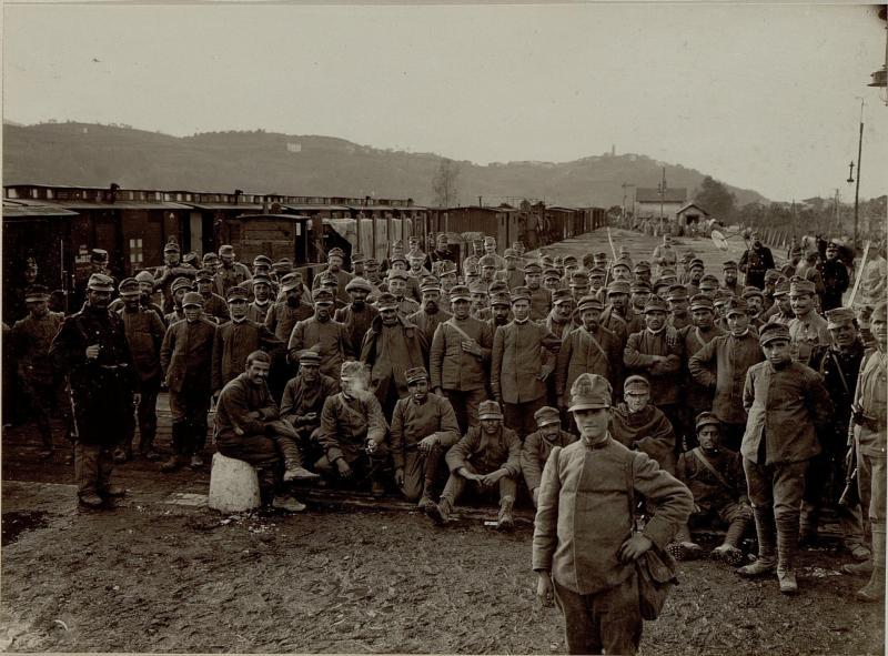 Italienische Gefangene von der 3ten Isonzoschlacht vor der Einwagonierung zur Fahrt ins Gefangenlager in Prvacina