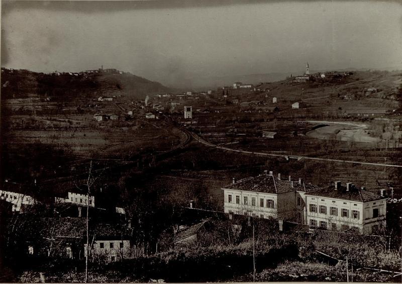 Ansicht von Prvacina bei Görz. In den beiden grossen Häusern im Vordergrund befinden sich die Kanzleien des 16. Korpskommando