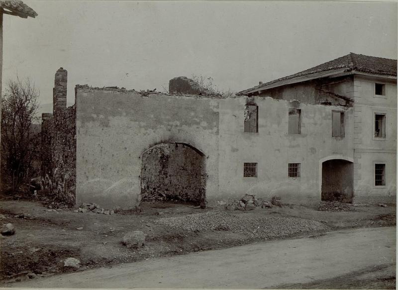 Abgebranntes Haus in einem zerschossenene und verlassenen Dorf