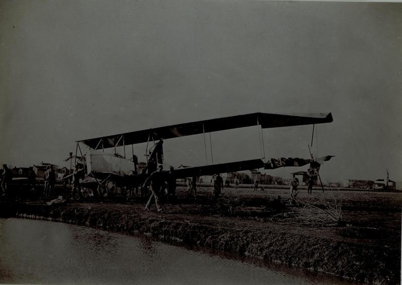 """Abgeschossener italienischer """"Caproni"""" Bomber"""