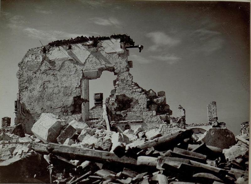 Das anlässlich des Jahrestags der Kriegserklärung Italiens an die öst.- ungarische Monarchie vollkommen zerstörte Kloster am Monte Santo, wahrscheinlich um 23.5.1916