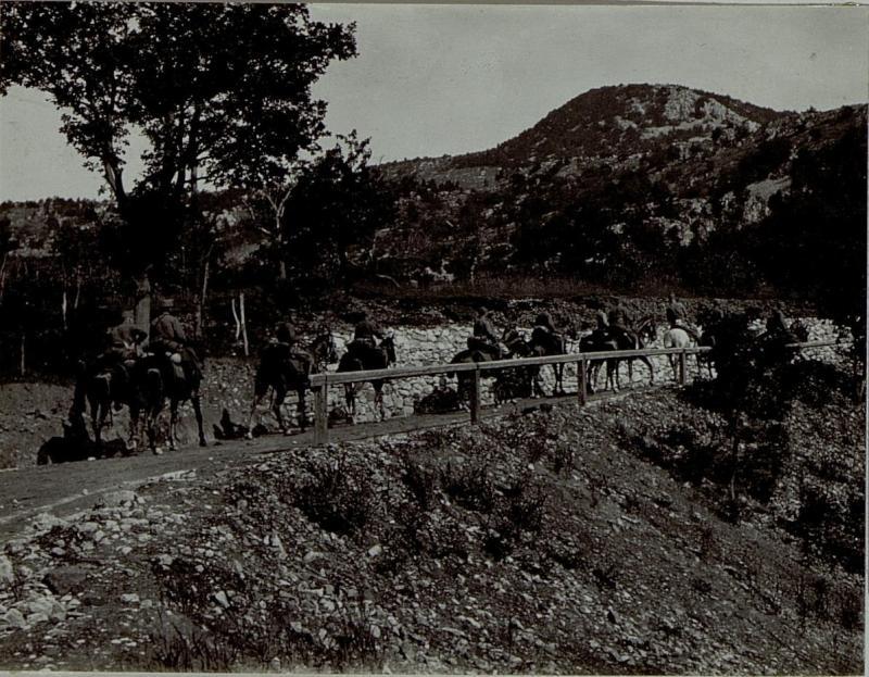 Brigadestab auf dem Weg zur Front über den Monte Gabriele auf der Straße bei Britof