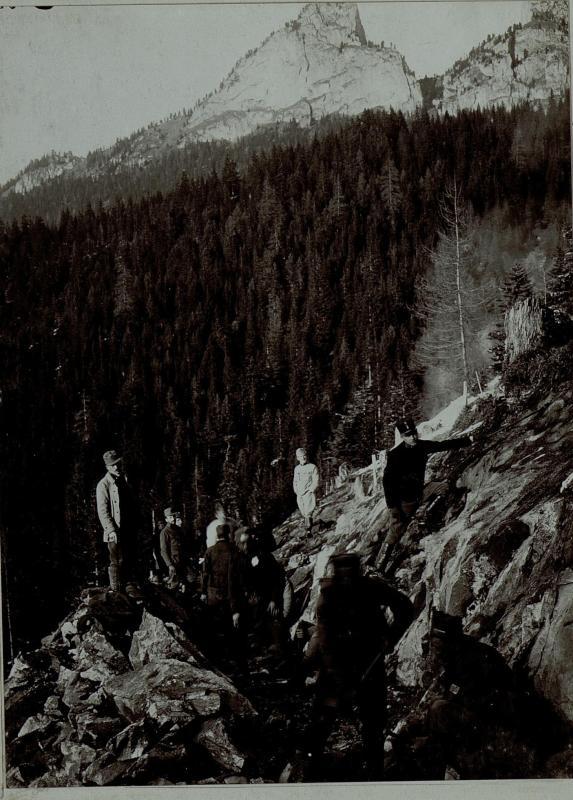 Bau der Rosengartenstrasse, kriegsgefangene Serben, dahinter die Vajolettürme, aufgenommen am 3. Februar 1916.