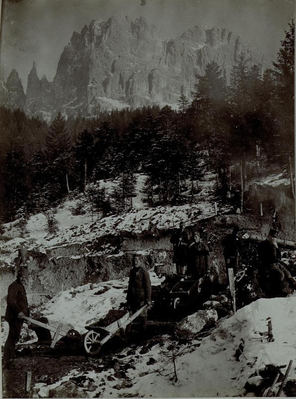 Bau der Rosengartenstrasse durch kriegsgefangene Serben, dahinter die Vajolettürme, aufgenommen am 3. Februar 1916