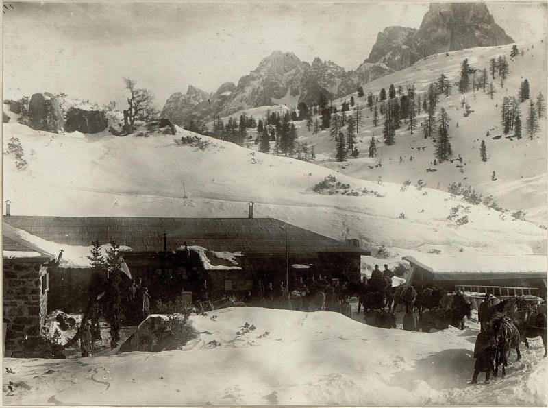 Ankunft der Tragtiere bei den Steinbaracken der Landesschützenkompanie 21/III am Pass Colbricon