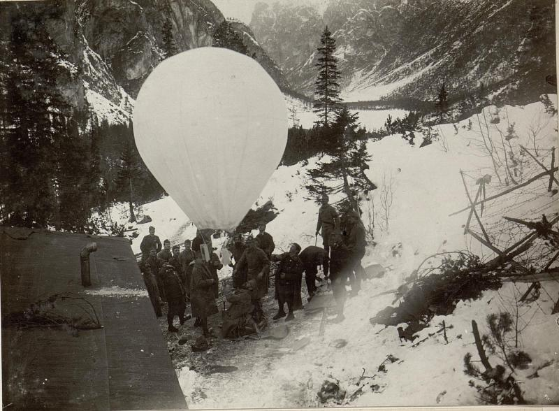 Papierballon mit Proklamationen werden vom Monte Piano steigen gelassen