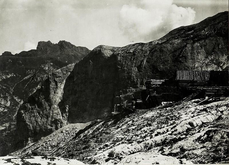 "Standpunkt Marmolata Gran Poz: Seilbahn ""Giamorcia"" mit Col de Bous-Felsen und Mezzodikreuz."