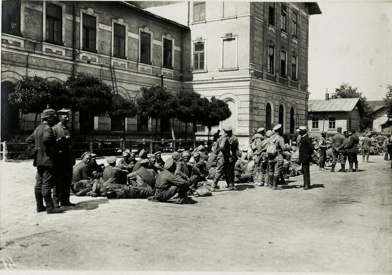 Kriegsgefangene am Bahnhof Stryj.
