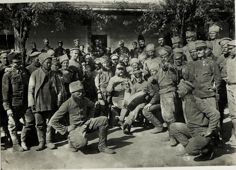 Kriegsgefangene in der Sammelkaserne Munkacs.