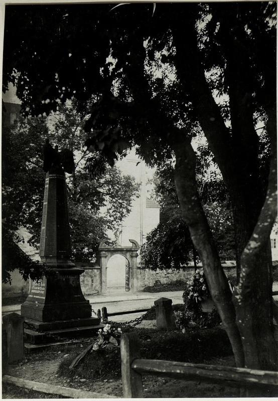 Brzezany: Kriegerdenkmal 1866. Blick zur kath. Kirche
