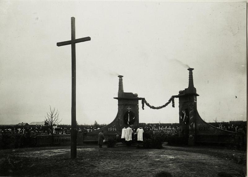 Allerseelenfeier am Heldenfriedhof in Stryj.von Truppen ausgeführtes baukünstl.Tor.