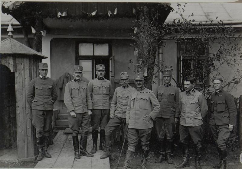 Zentral Feldmarschalleutnant Eduard Edler von Böltz, Kommandant der 19. Infanteriedivision, links hinter dem Fml, Oberst Johann Requier, Kommandant der 19. Feldartilleriebrigade