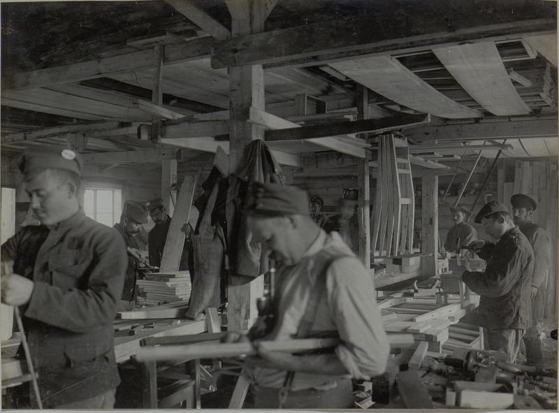 Barackentischlerei der 25. Infanteriedivision in Rudnia, gefangene Russen werden zum Dienst herangezogen