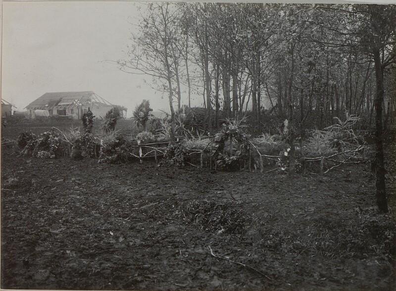 Allerheiligen im Felde. Offziersgräber des Infanterie-Regiments Nr.  54 im Walde bei Wygoda.