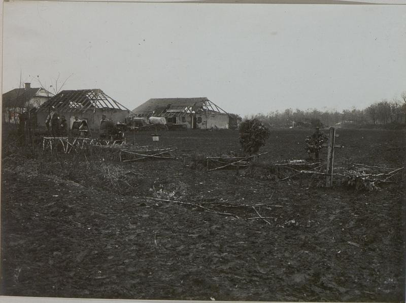 Allerheiligen im Felde. Einzelgräber des Infanterie-Regiments Nr.  54 im Walde bei Wygoda.