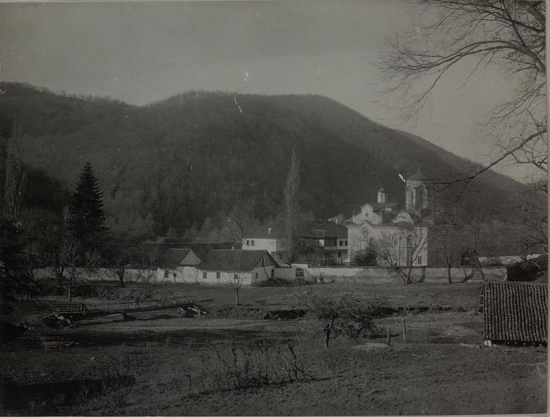 Gesamtbild des Klosters Ljubostjia, in dessen Kirche die 57.ITD.das Archiv des Serbischen Ministeriums des äusseren erbeutete. Aufgenommen im November 1915.