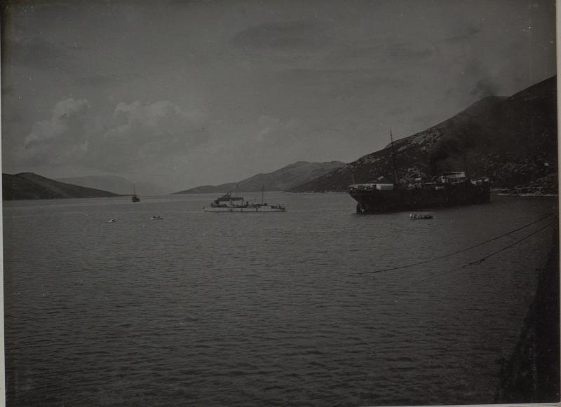 Abfahrt eines von 2 Torpedoboot begleiteten Transport-Dampfers. Aufgenommen in NEUM im März 1916.