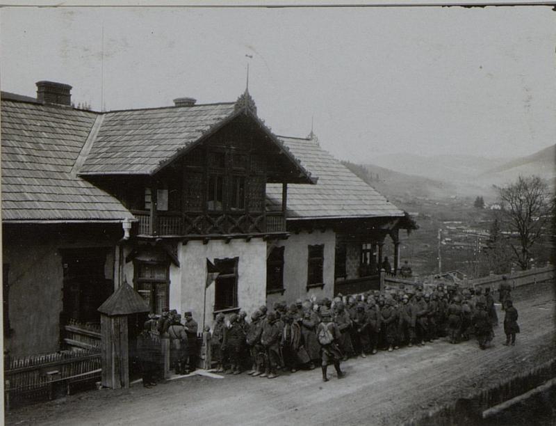 Russ.Kriegsgefangene vor dem Kmdo. der 12.ITD.
